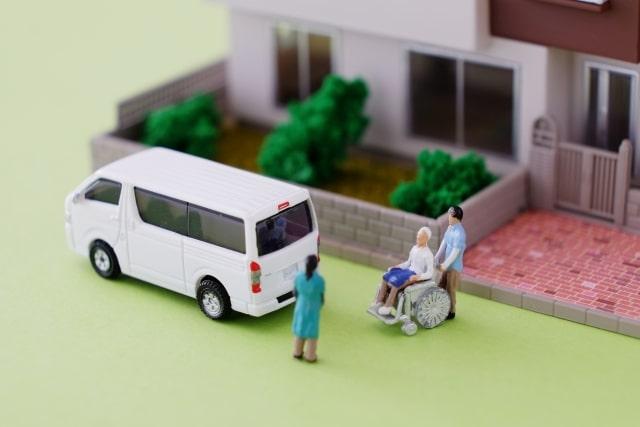 「在宅介護」が増加→施設で働く職員の負担減
