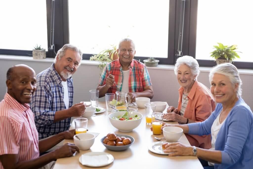食事中の高齢者